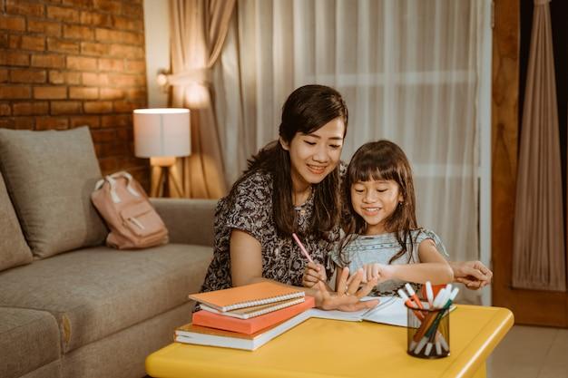 母親が娘の勉強を手伝う