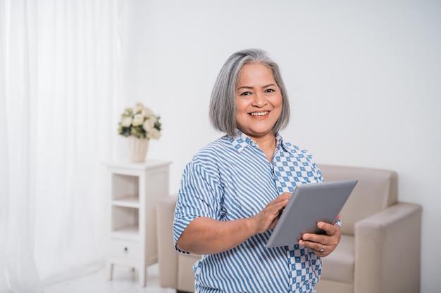タブレットを使用している女性の起業家
