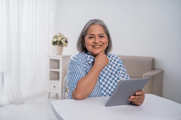 タブレットを使用している女性起業家