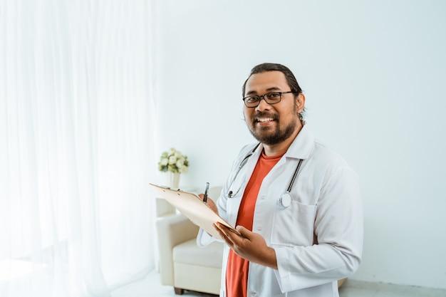 処方箋を書くと読むクリップボードを持つ医師