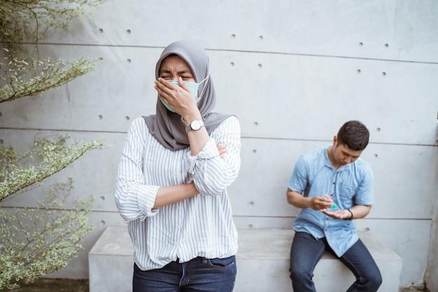 Мусульманская женщина с масками.