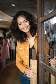 Владелец магазина азиатской моды в своем бутике