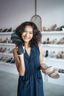Женщина выбирает обувь на модный магазин