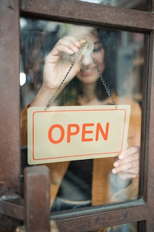 Владелец бизнеса повернуть открытый знак