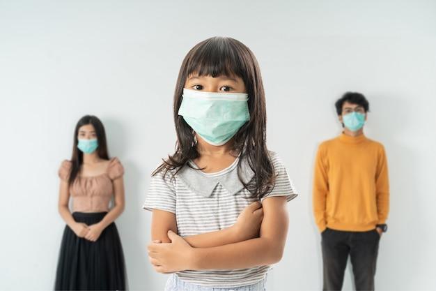 Беспокоит женщина в окружении больных людей