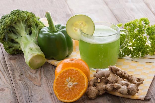 Брокколи и зеленая паприка смешать сок