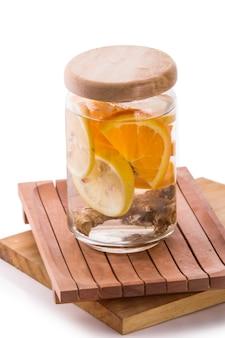 Настаивается свежая фруктовая вода апельсина, цитрусовых и имбиря.