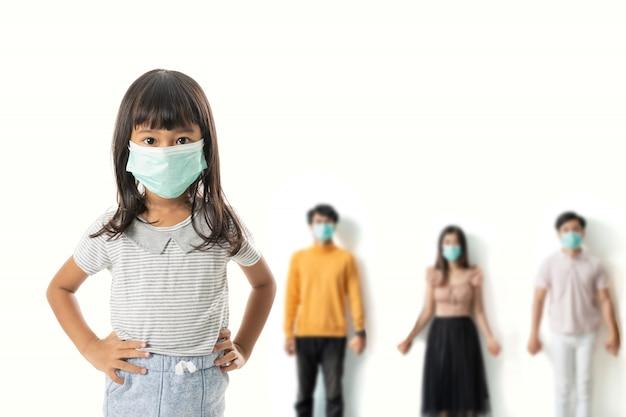 Малыш с масками стоит