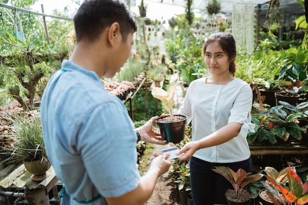 いくつかの植物を購入する顧客
