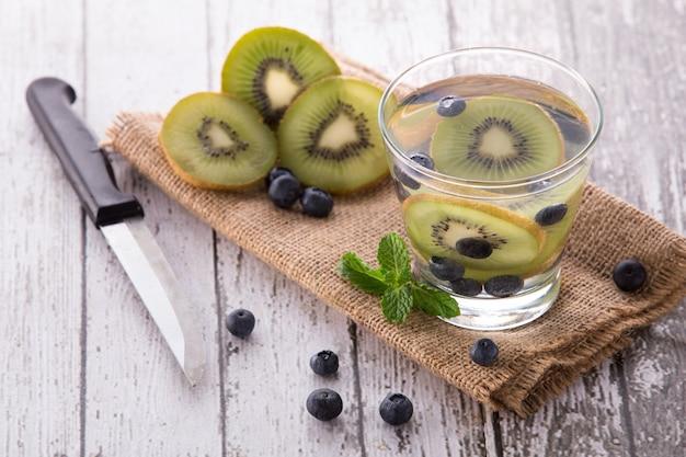 Свежие фрукты ароматизированная настоянная водная смесь киви и черники
