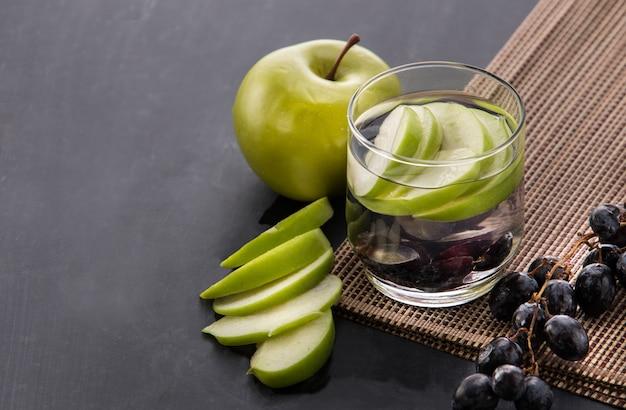 フレッシュフルーツリンゴとブドウの風味を付けた注入水ミックス