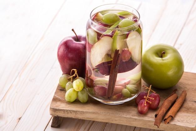 フレッシュフルーツりんご、ぶどう、シナの風味を付けた注入水ミックス