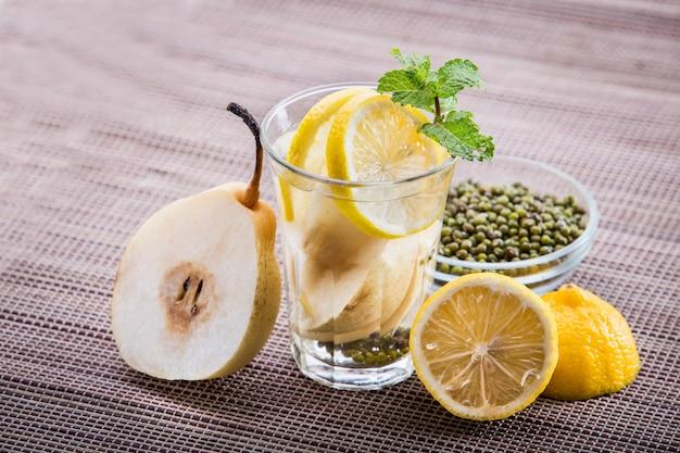Настой воды из груши, лимона и бобов мунг