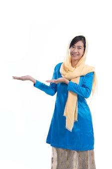 Мусульманская азиатская женщина изолировала представлять