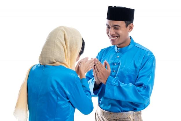 Мусульманская женщина приветствует мусульманина