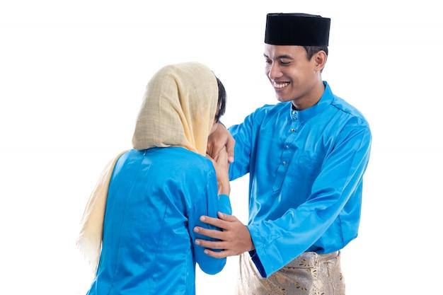 Мужчина и женщина, затуманивая жест на ид мубарак