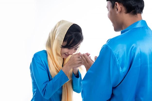 Мусульманская женщина рука трогательно приветствие