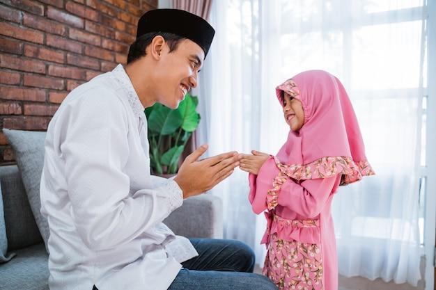 Дочь целует руки своему отцу на ид мубарак