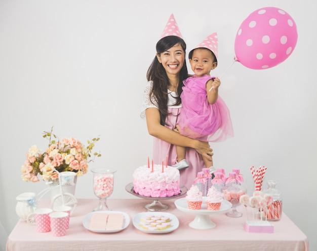 母と娘の誕生日を祝う