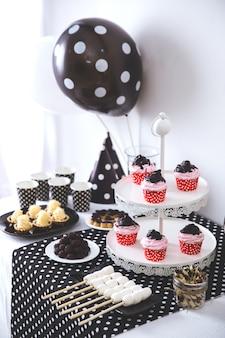 黒と白の誕生日パーティーの装飾
