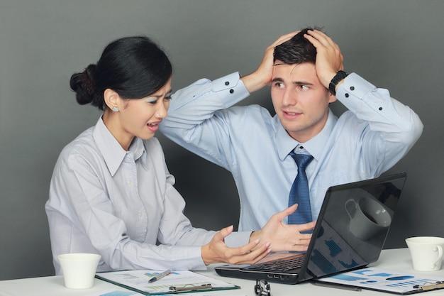悲しい、落ち込んでいるビジネスマンおよび女性
