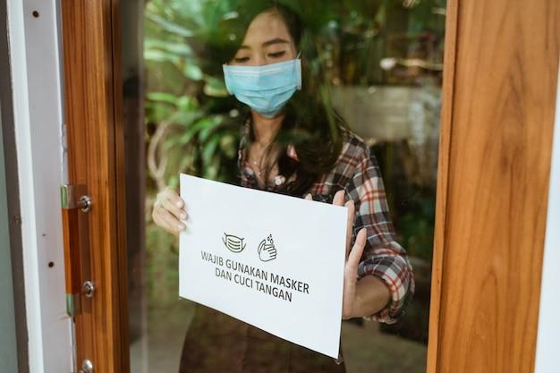 カフェとショップの新しい通常のコロナウイルスの発生サイン