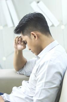 自宅で問題とストレスを持つ若い男