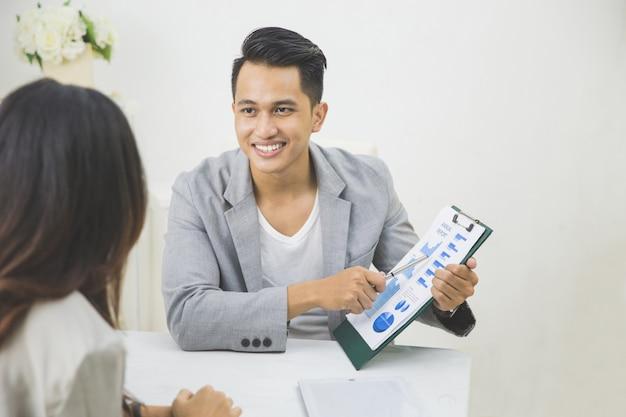 Молодые люди в офисе работают вместе