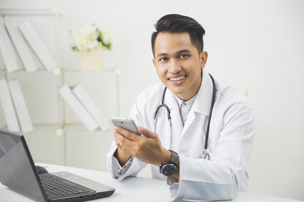 Счастливый доктор с мобильным телефоном