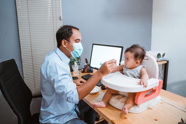 父親と赤ちゃんの在宅勤務