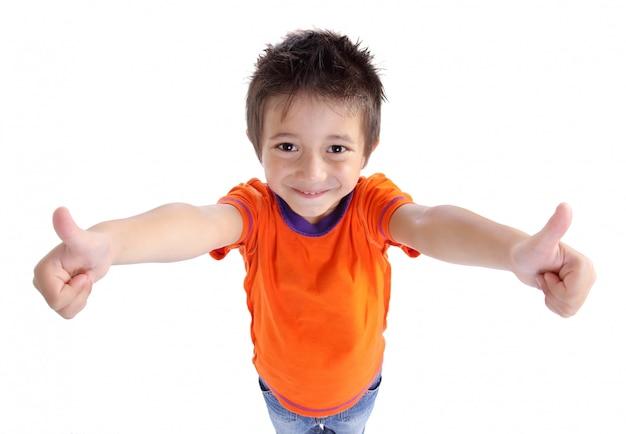 今すぐ登録親指を身振りで示す小さな男の子