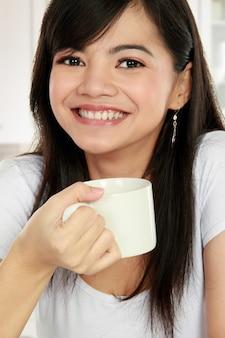 Азиатская женщина чая