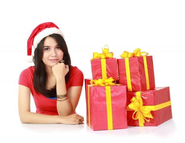 贈り物と考えを持つ少女
