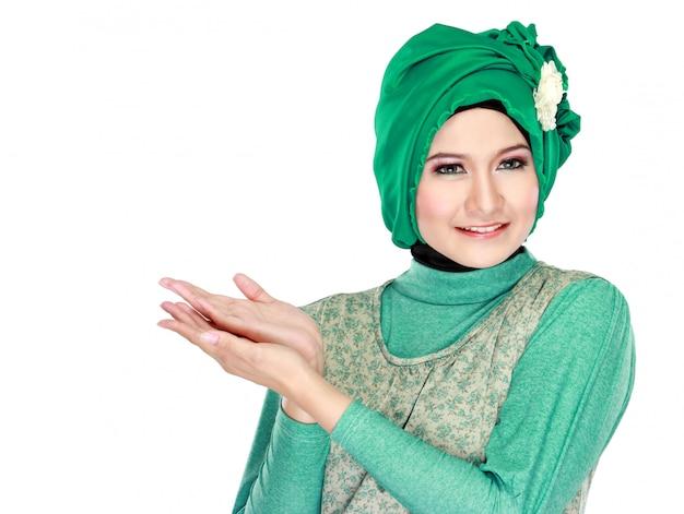 若いイスラム教徒の女性を提示