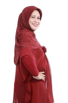 Уверенно мусульманская женщина в шарфе, изолированных на белом фоне