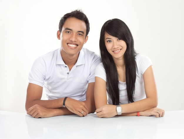 若いアジアカップル笑顔、探して
