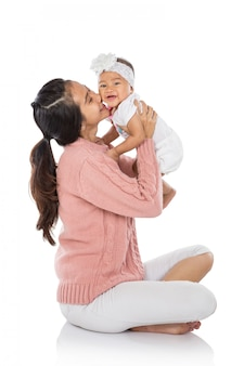 Женщина держит ее девочку