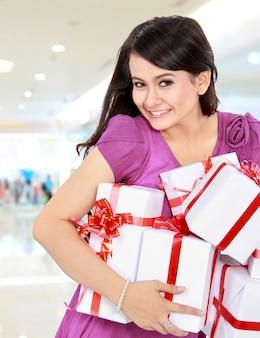 幸せなティーンエイジャーはいくつかの贈り物をもたらす