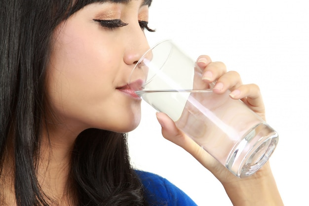 美しい女性は水を飲む