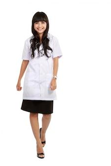 Молодой врач, стоя в полный рост