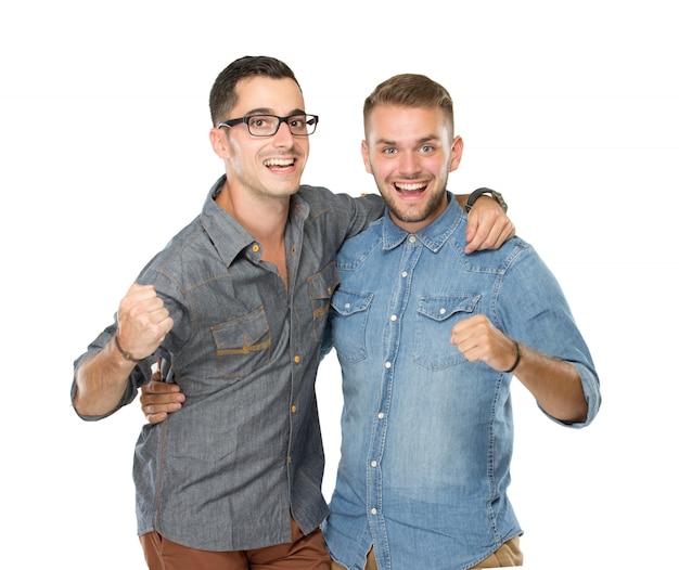 Двое друзей парни стоят с руками на плечах и смотрят на тебя
