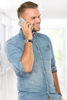 電話に答える幸せな若い男