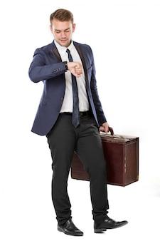 Бизнесмен держит чемодан, изолированный