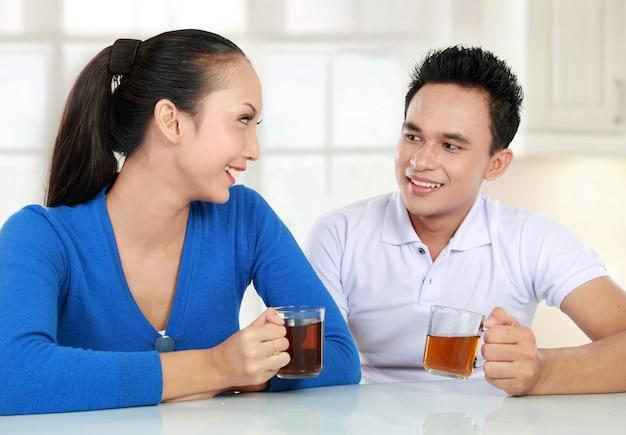 お茶を持っている若いカップル