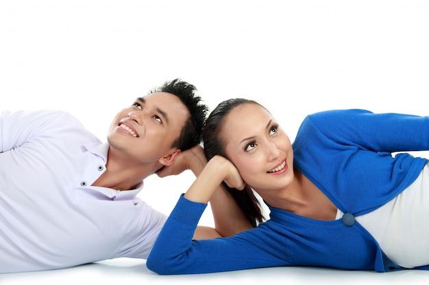 コピースペースを見上げる床に横たわっているカップル