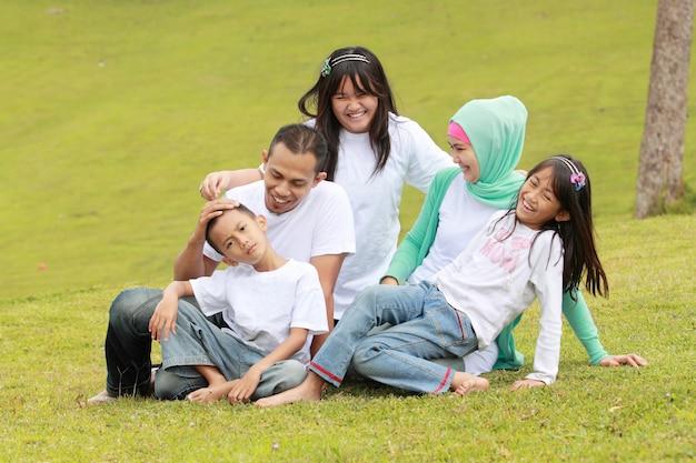 Счастливая семья на открытом воздухе