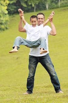 Счастливый отец и сын весело