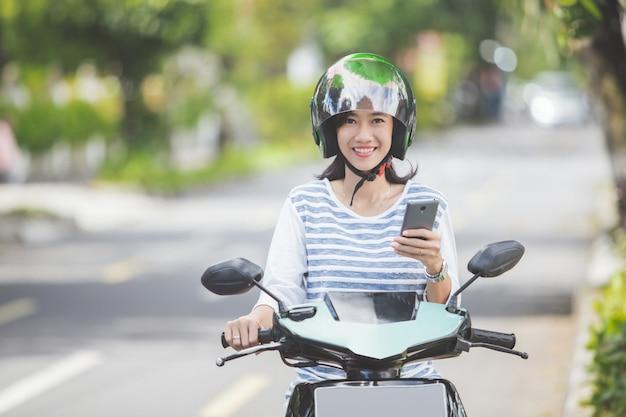 バイクやバイクに乗る女性