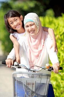 母と娘の自転車に乗って