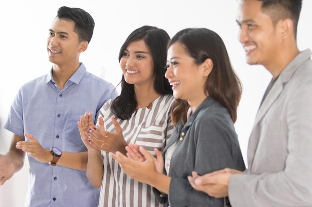 Группа молодых деловых людей аплодисменты